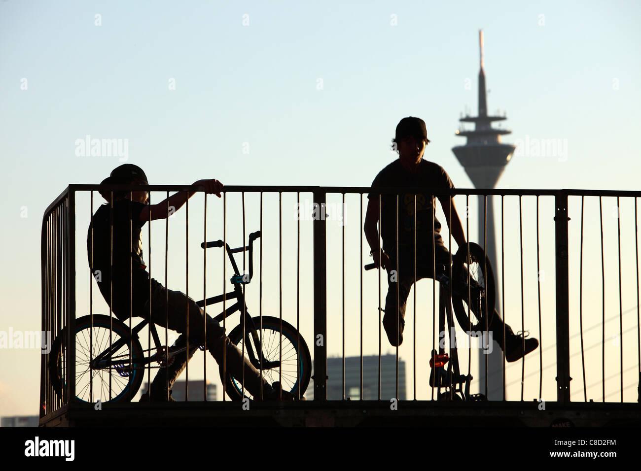 BMX-Rad am Ufer des Rheins Halfpipe, Fernsehturm, Rheinturm, Düsseldorf, Deutschland. Stockbild