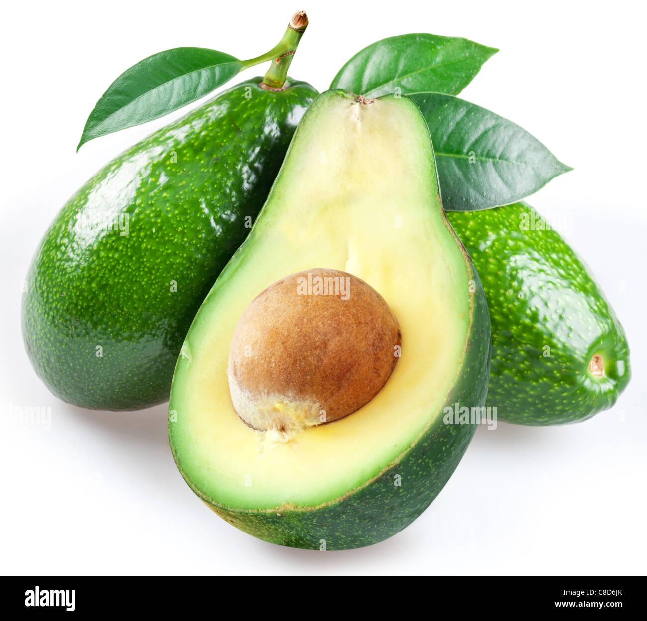 Reife Avocados mit Blättern auf einem weißen Hintergrund. Stockbild