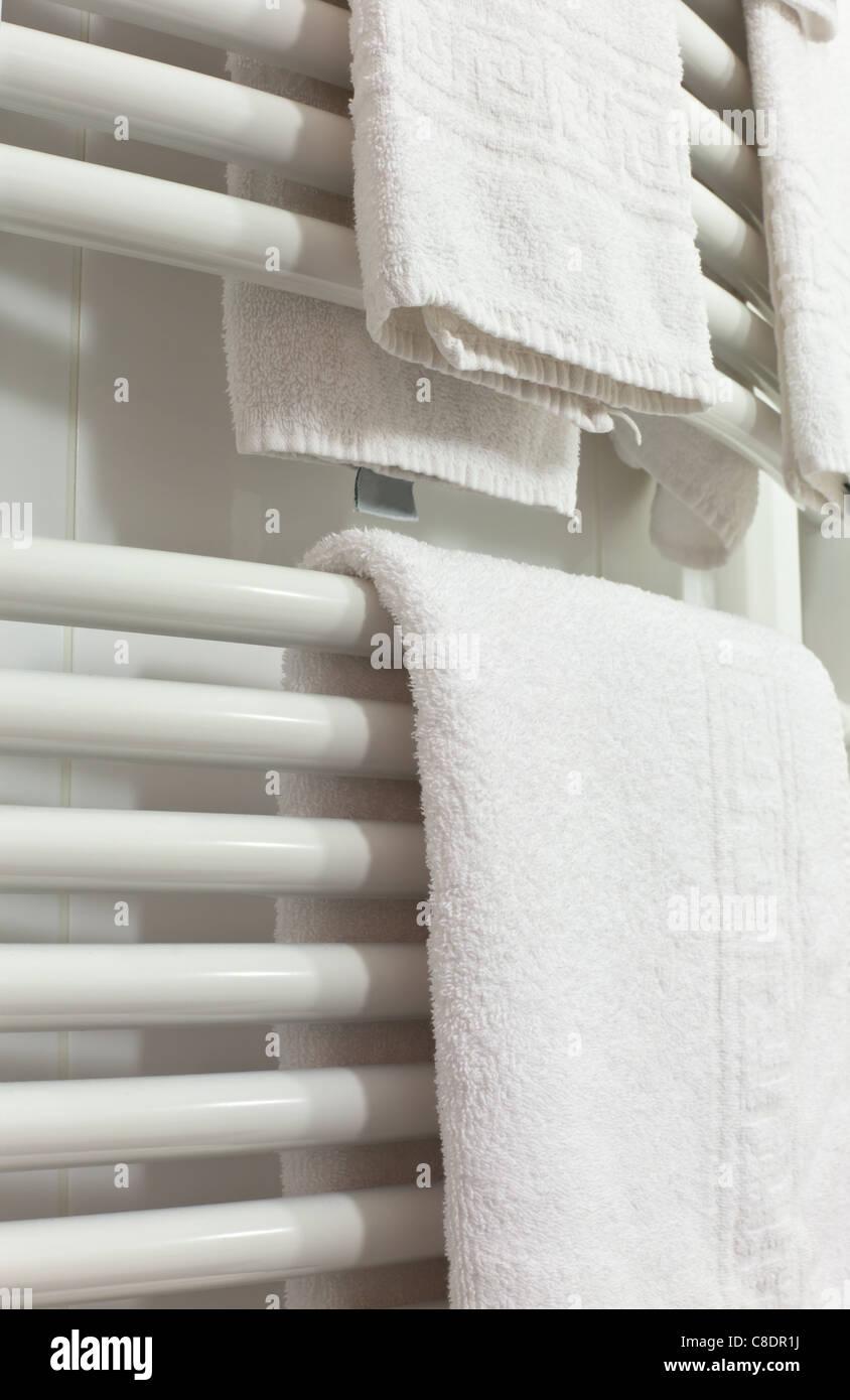 Weisse Handtucher Hangen Auf Der Schiene Der Heizkorper Im Bad
