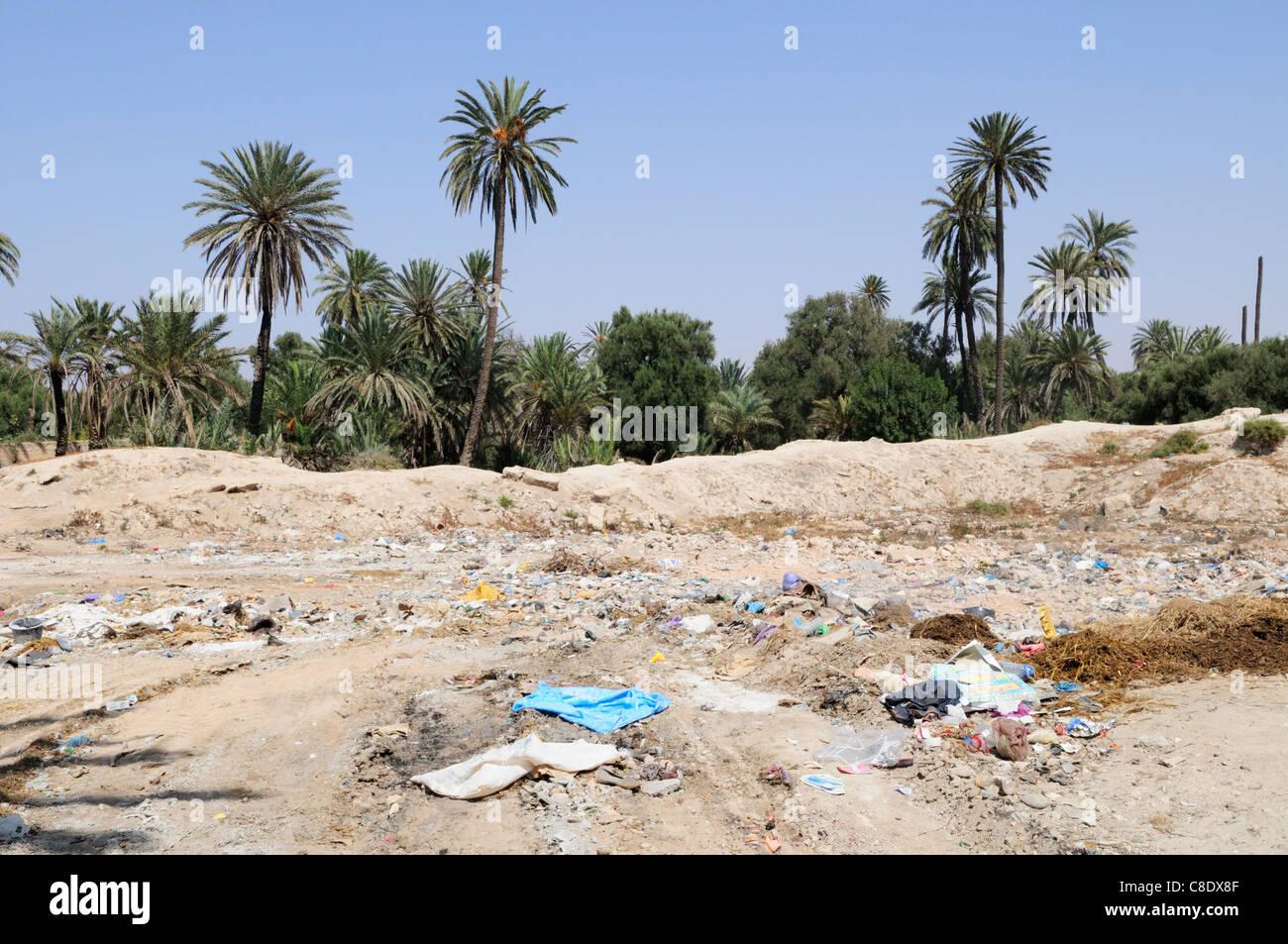 Müllkippe am Rande der Palmeraie, Tiznit, Souss-Massa-Draa Region, Marokko Stockbild
