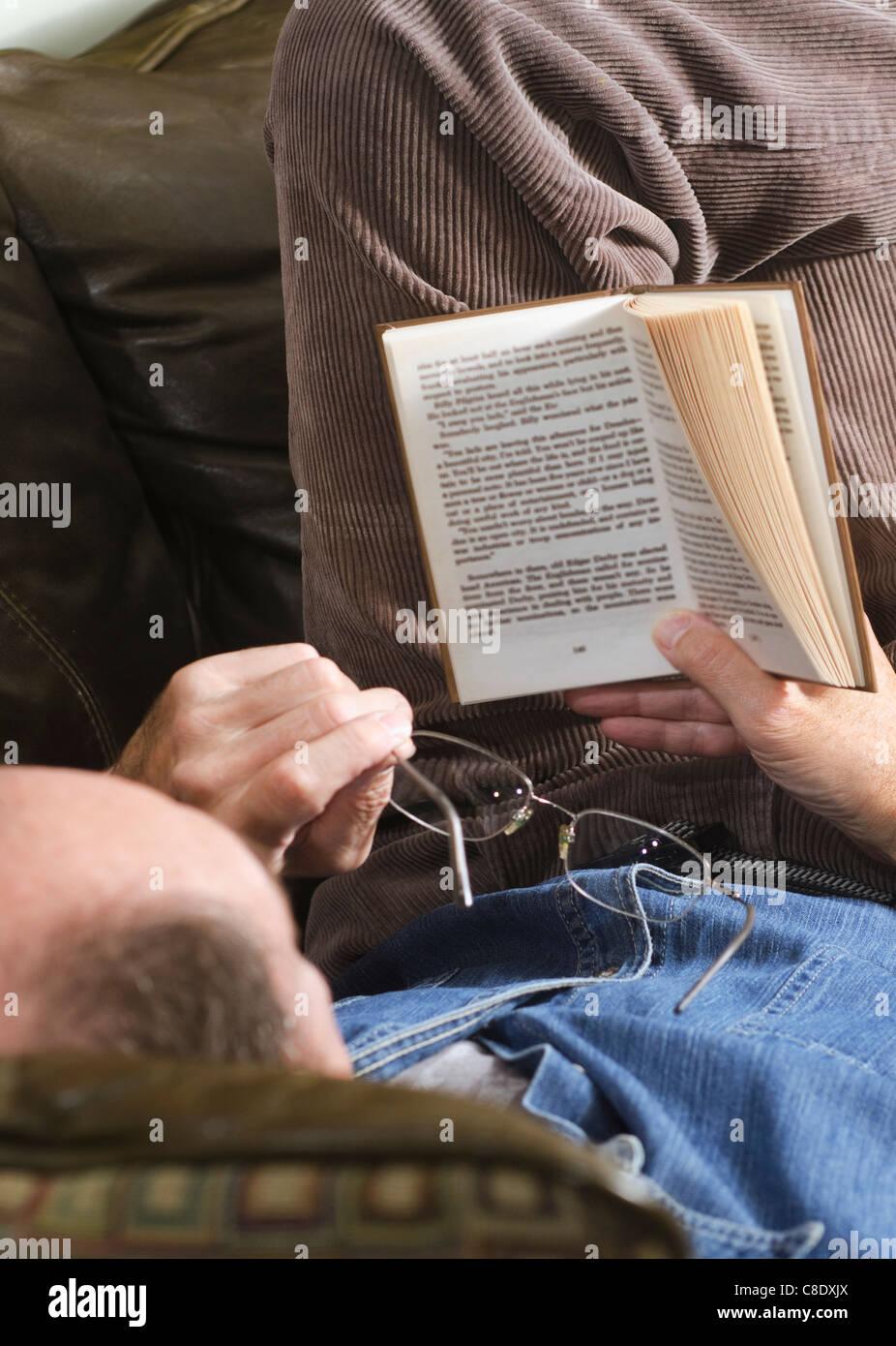Mann liest Hardcover-Buch Stockbild