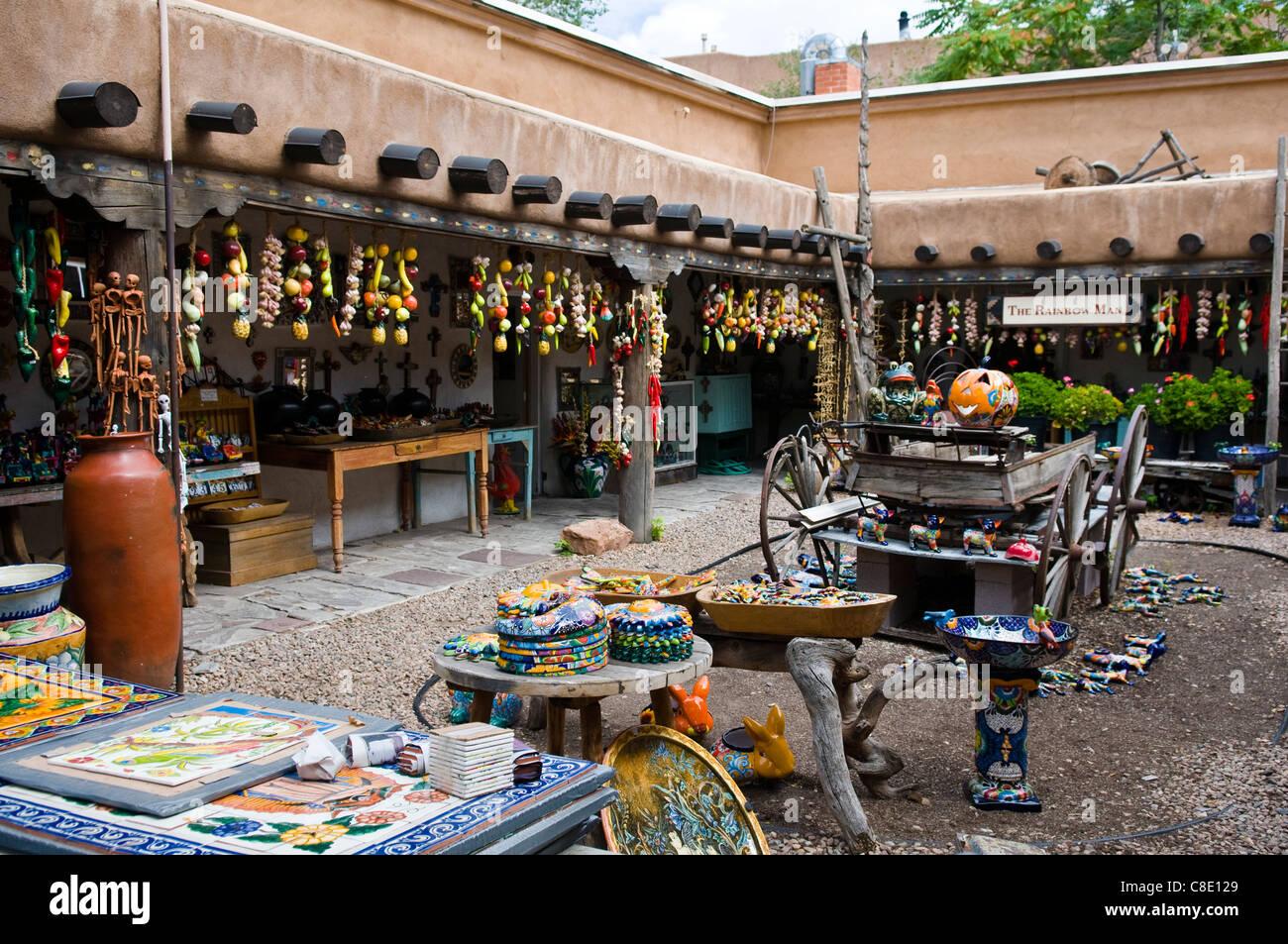 Outdoor-Markt in Santa Fe New Mexico verkaufen bunte Fliesen, Platten, Kunstwerke und Keramik Stockbild