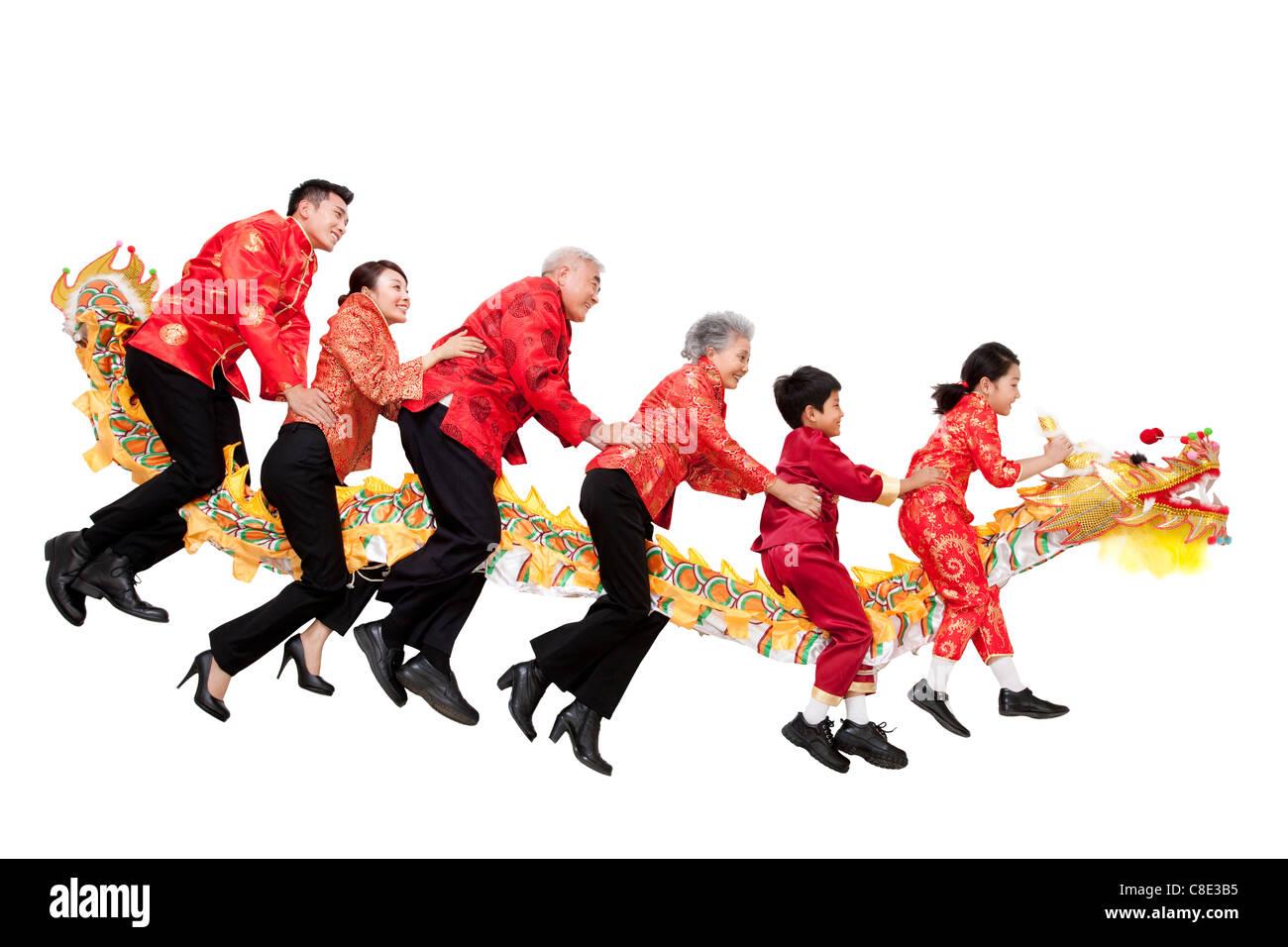 Familie gekleidet in traditioneller Kleidung Reiten ein Chinese New ...