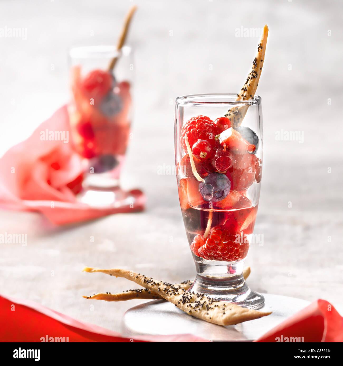 Sommer-Obst-Salat mit Ingwer Stockbild