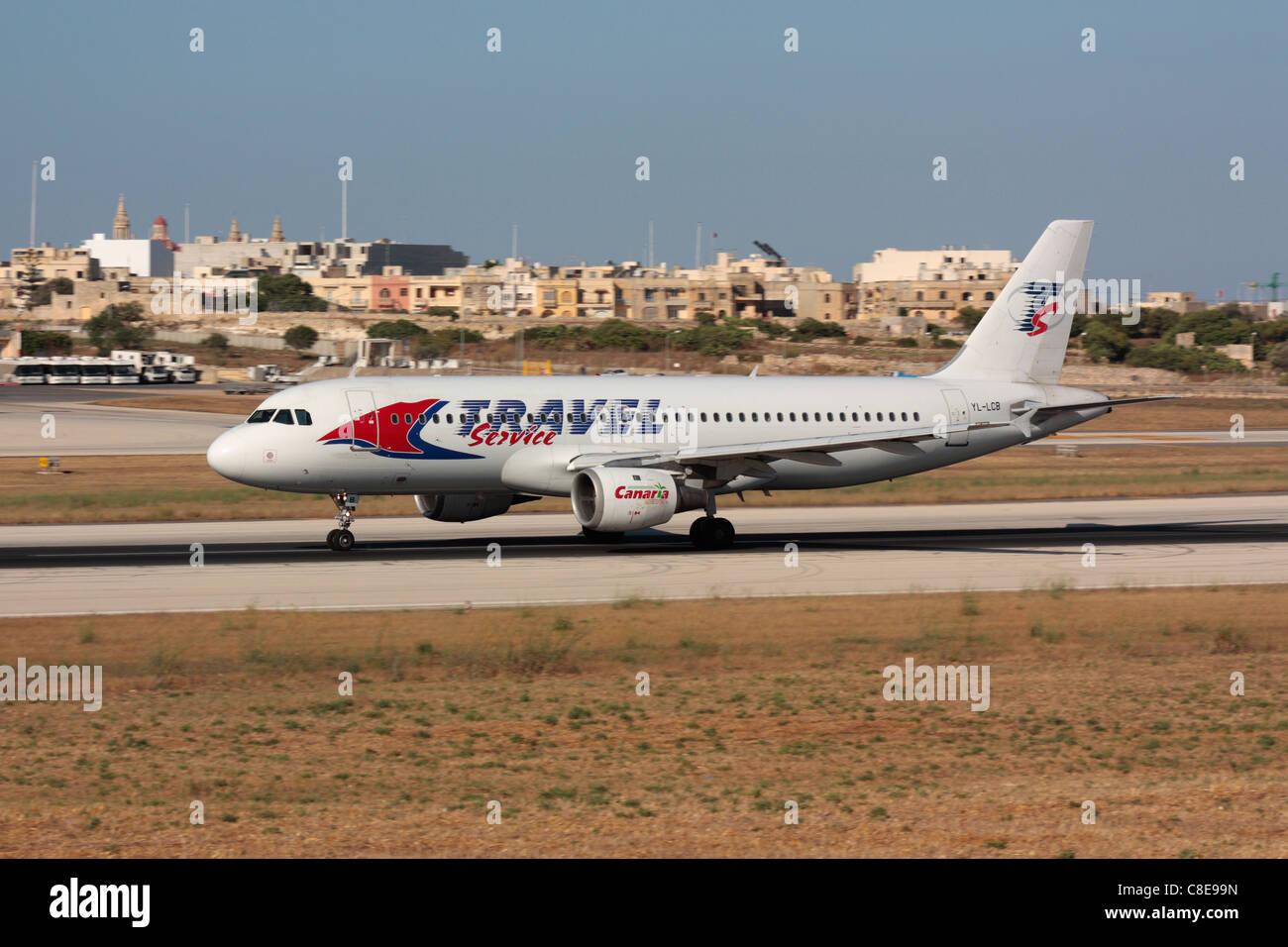 Travel Service Airbus A320 Beschleunigen auf der Start- und Landebahn für Abfahrt von Malta Stockbild