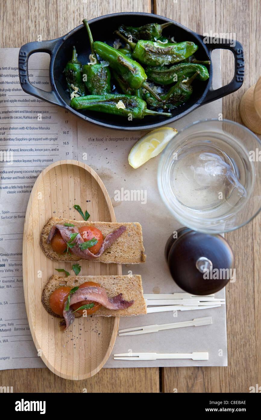 Knäckebrot mit Hering und Tomaten, gegrillte Paprika Stockfoto