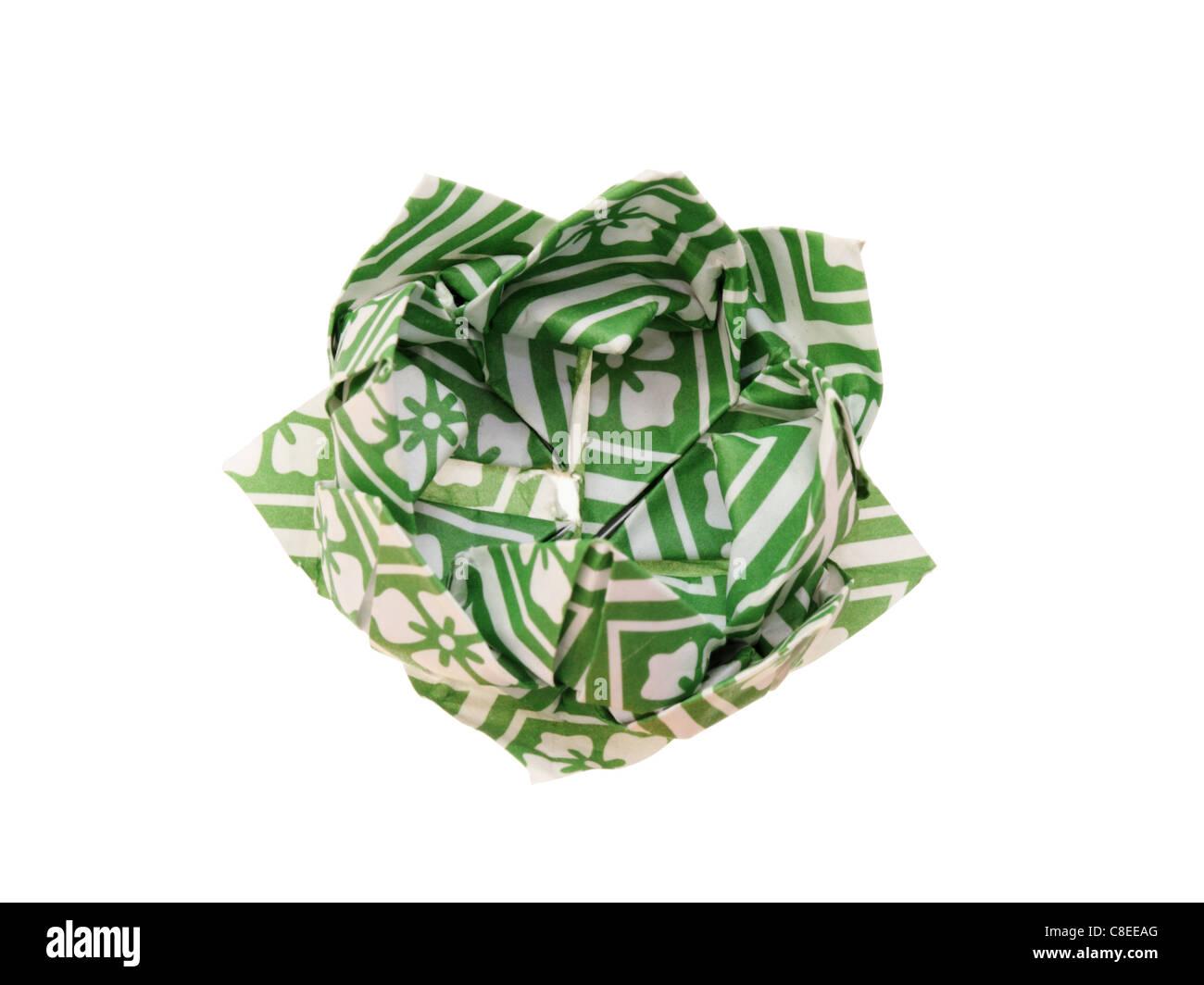 Origami Lotusblüte hergestellt aus grünem und weißem gemustertes Papier isoliert auf weiss Stockbild