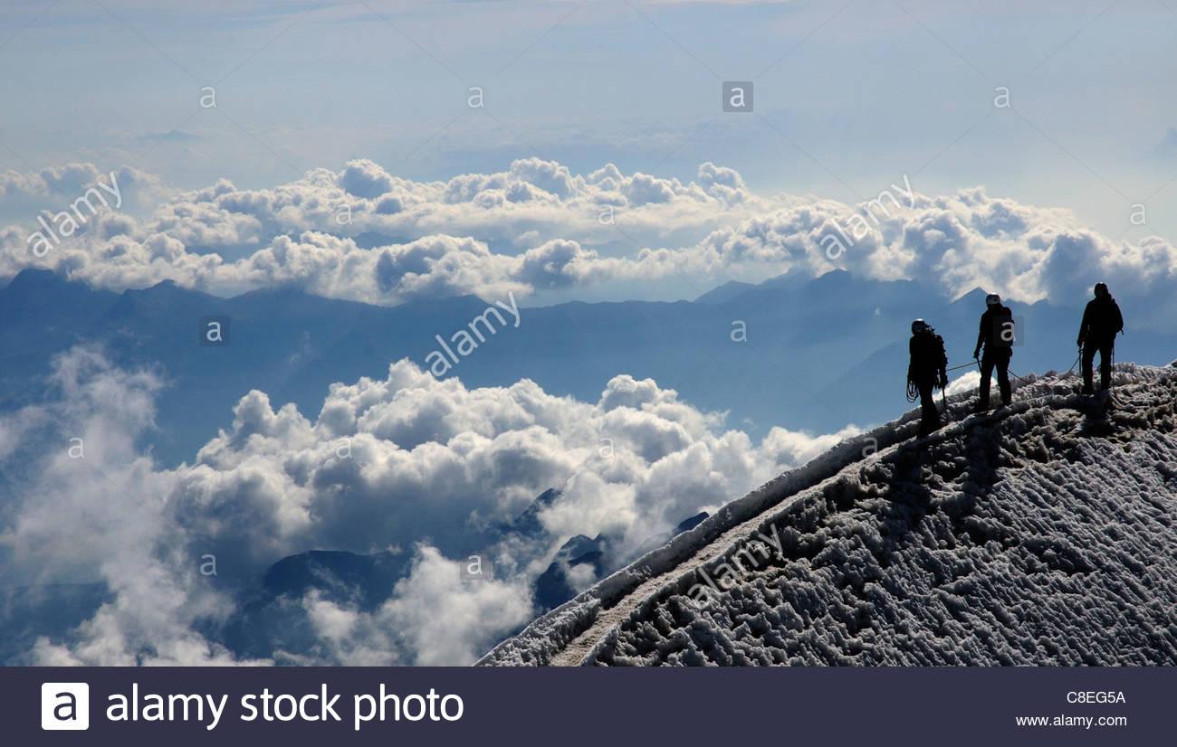Bergsteiger auf dem Gipfel eines Berges in den Schweizer Alpen Stockbild