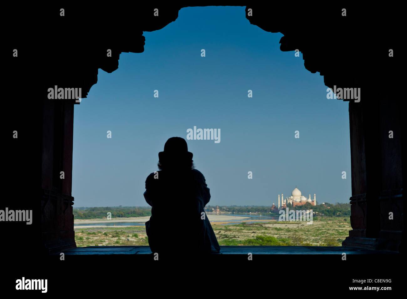 Tourist sitzt zum Taj Mahal vom Khas Mahal Palace in Agra Fort, Indien anzeigen Stockbild