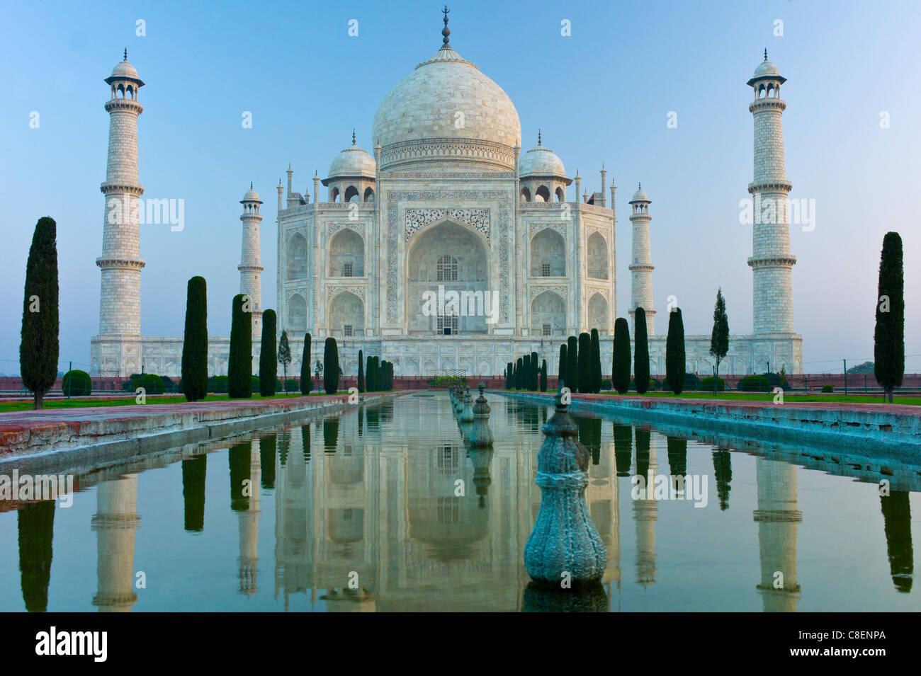 Das Taj Mahal Mausoleum Südansicht mit reflektierenden Pool und Zypresse Bäume, Uttar Pradesh, Indien Stockbild