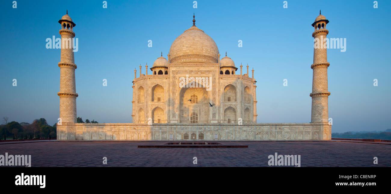 Das Taj Mahal Mausoleum-Ost-Ansicht (von Taj Mahal Moschee gesehen), Uttar Pradesh, Indien Stockbild