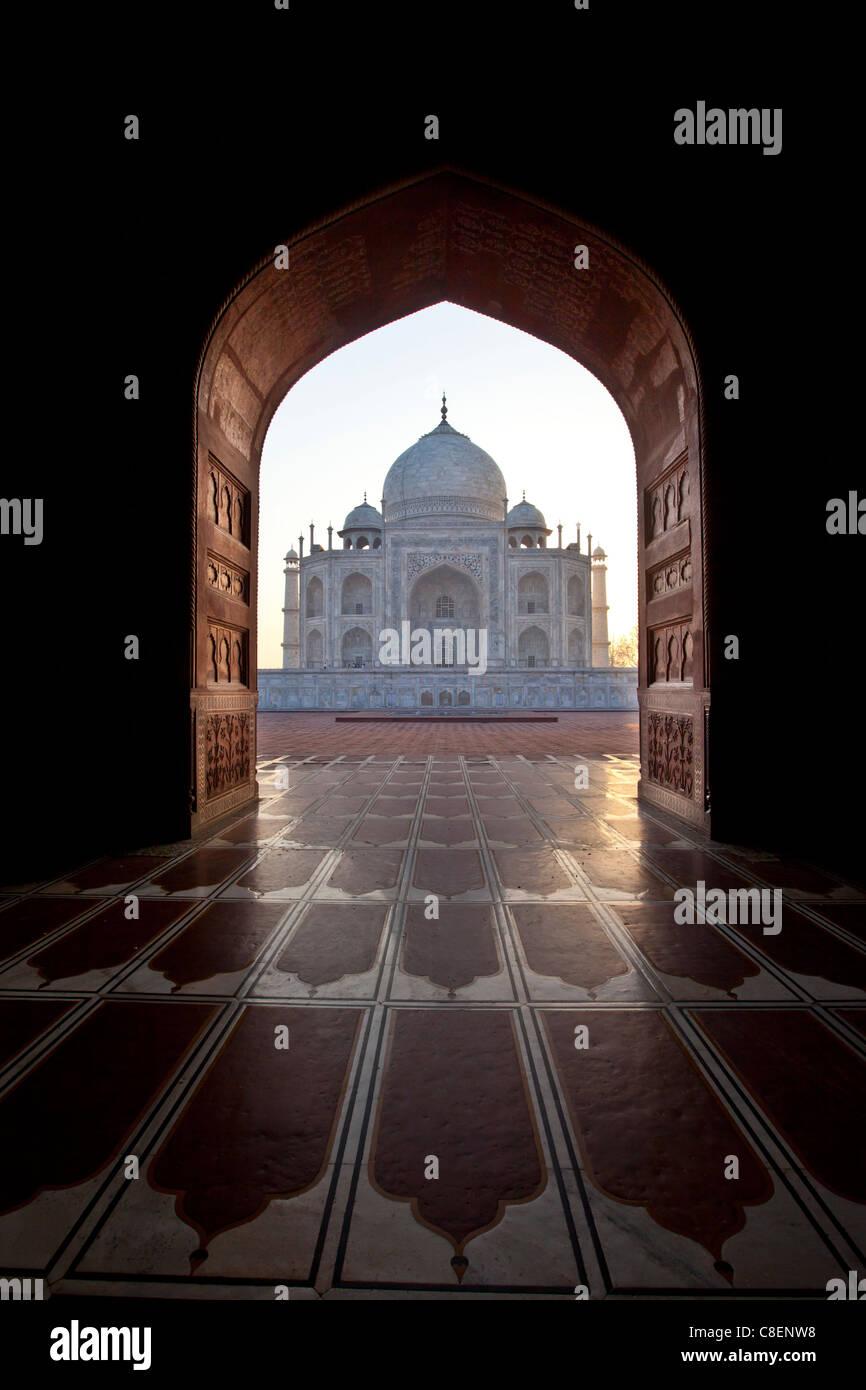 Taj Mahal Mausoleum westlichen Blick von taj mahal Moschee mit ihren Gebetsteppich Bodenfliesen in der Morgendämmerung, Stockbild