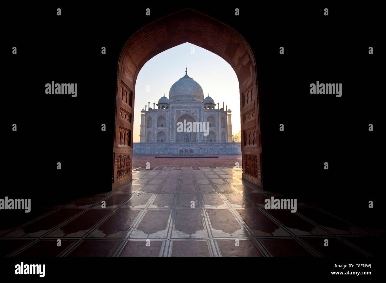 Taj Mahal Mausoleum westliche Sicht betrachtet von Taj Mahal Moschee mit ihren Gebet Matte Bodenfliesen im Morgengrauen, Stockbild