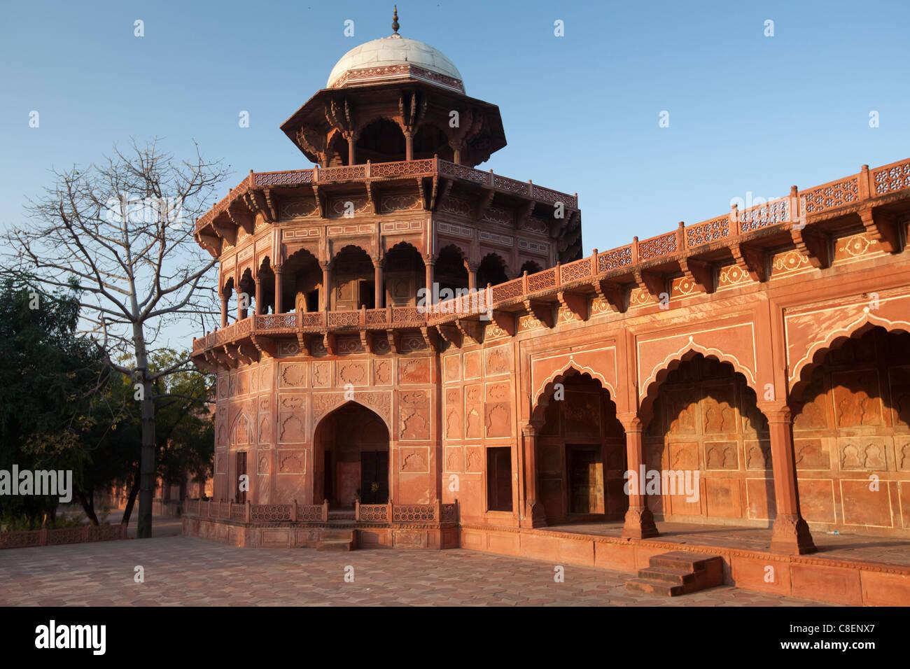 Der Taj Mahal Moschee roten Sandstein und weißen Marmor Kuppel in der Morgendämmerung, Uttar Pradesh, Stockbild