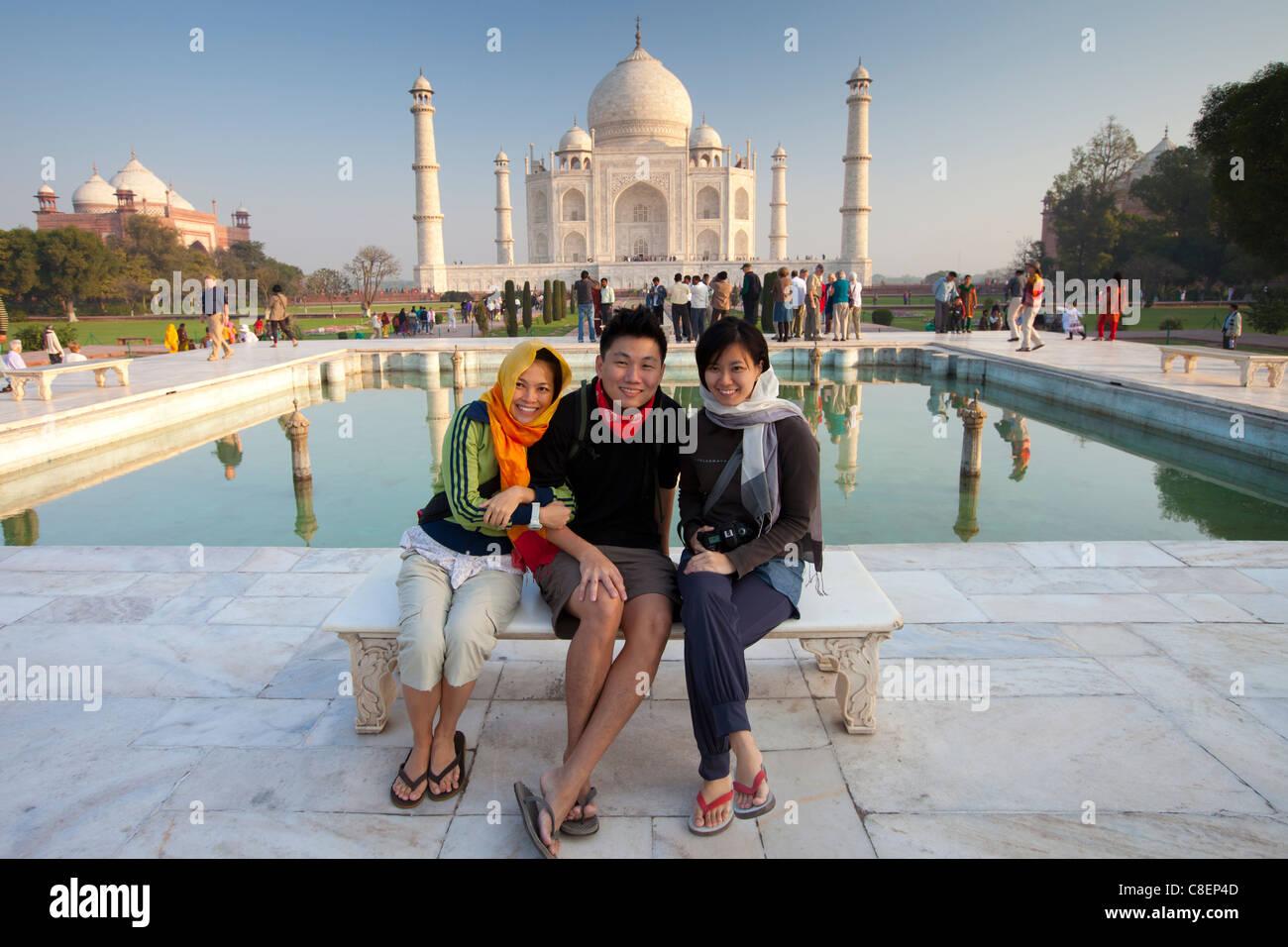 Touristen sitzen auf Diana Bank am Taj Mahal Mausoleum Südansicht mit reflektierenden Pool, Uttar Pradesh, Stockbild