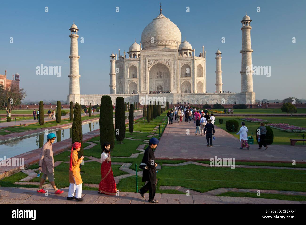 Asiatische Touristen am südlichen Taj Mahal Mausoleum anzeigen Uttar Pradesh, Indien Stockbild
