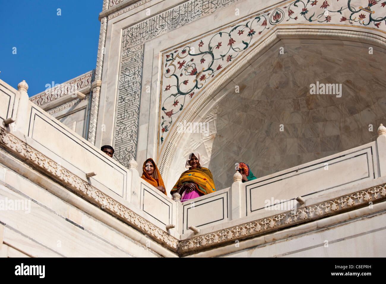 Indische Touristen am Taj Mahal-Mausoleum, Uttar Pradesh, Indien Stockbild