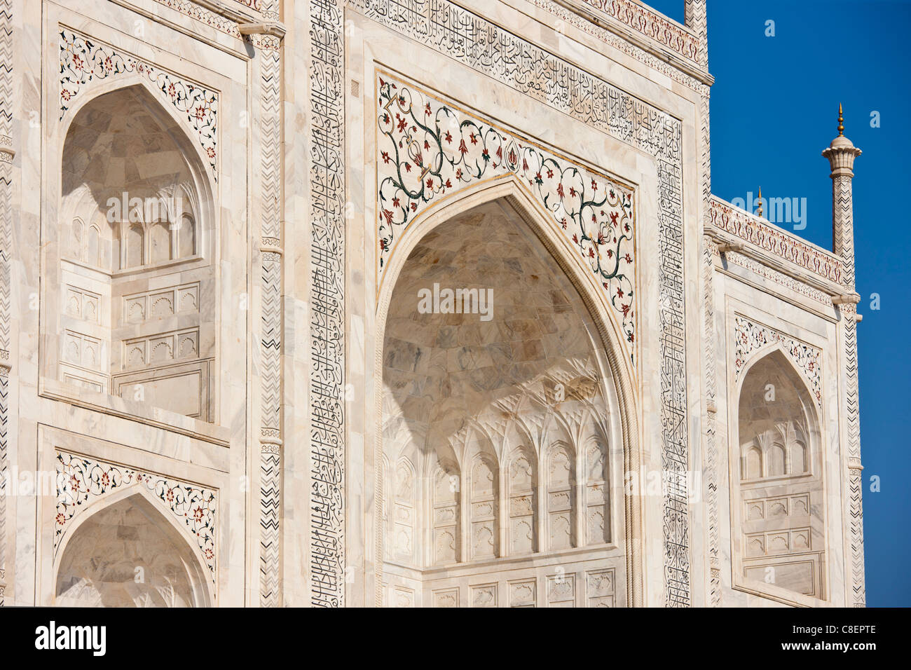 Iwans des Taj Mahal Mausoleum, südlichen Detail anzeigen Diamond Facetten mit bas-relief Marmor, Uttar Pradesh, Stockbild