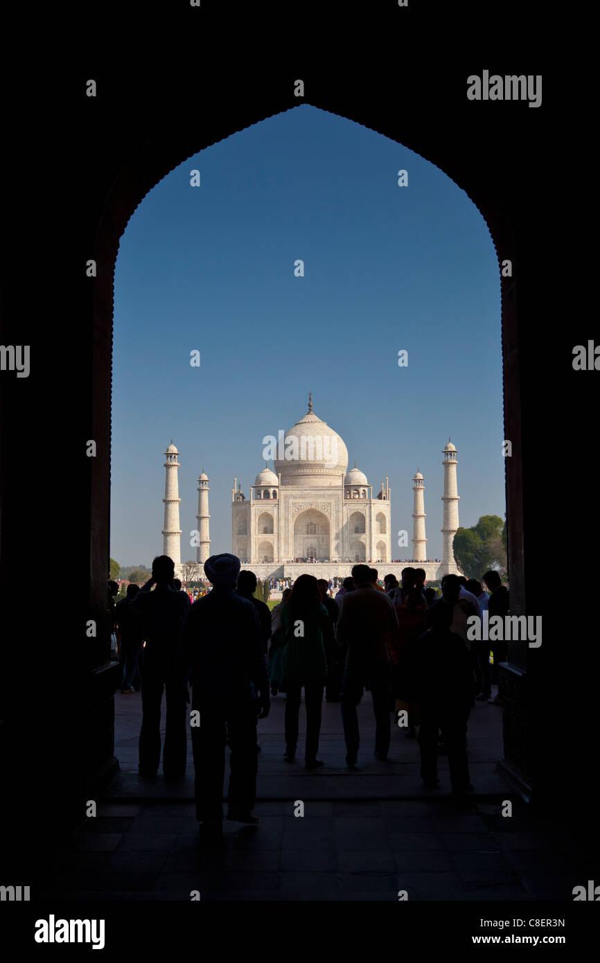 Masse der Touristen durch das große Tor, Darwaza-i Rauza gerahmt, Taj Mahal Blick auf südlichen Aspekt, Stockbild