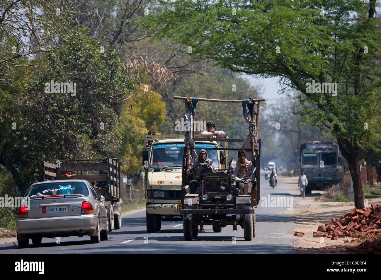 Indische Arbeiter Reisen in bunten Lastwagen in Agra, Uttar Pradesh, Indien Stockbild