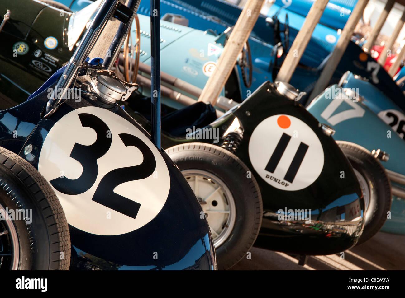 Rennwagen im Fahrerlager auf dem Goodwood Revival Rennen treffen Stockbild