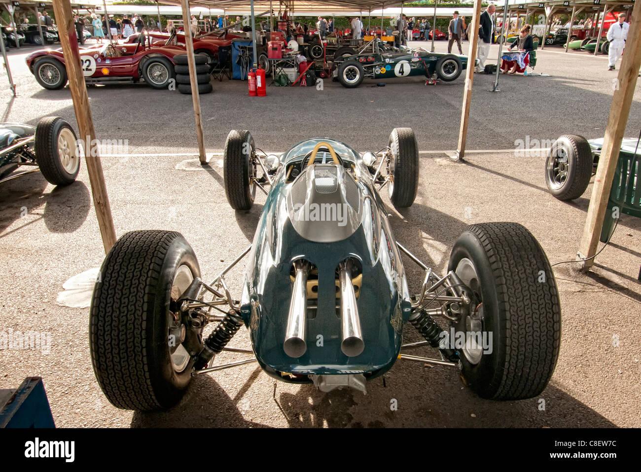 alte Formel ein Auto im Fahrerlager auf dem Goodwood Revival Rennen treffen Stockbild