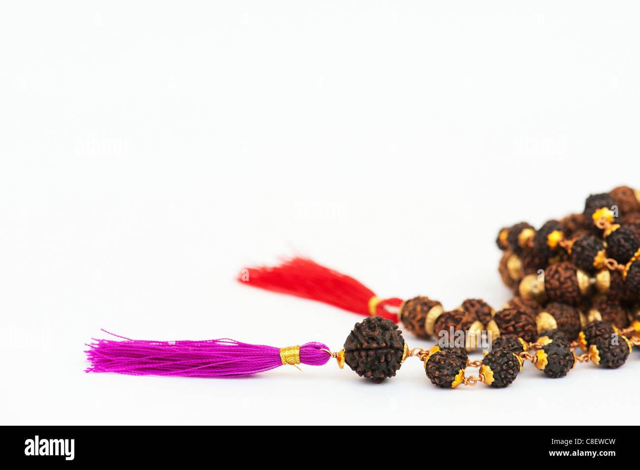 Indische Rudraksha / Japa Mala Gebetskette auf weißer Hintergrund Stockfoto