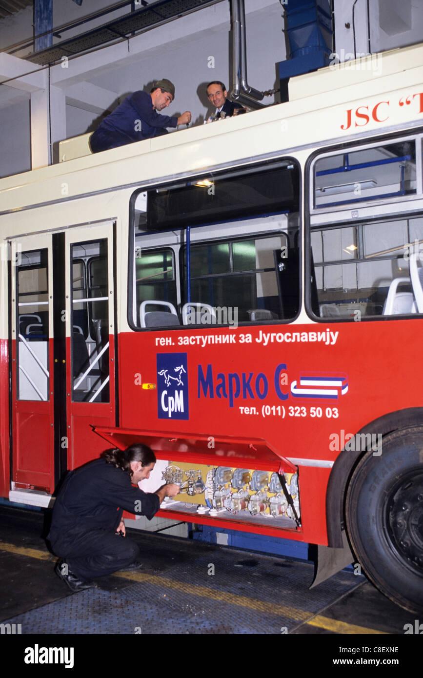Belgrad Serbien Jugoslawien Bus Depot Mann Tut Eine Technische