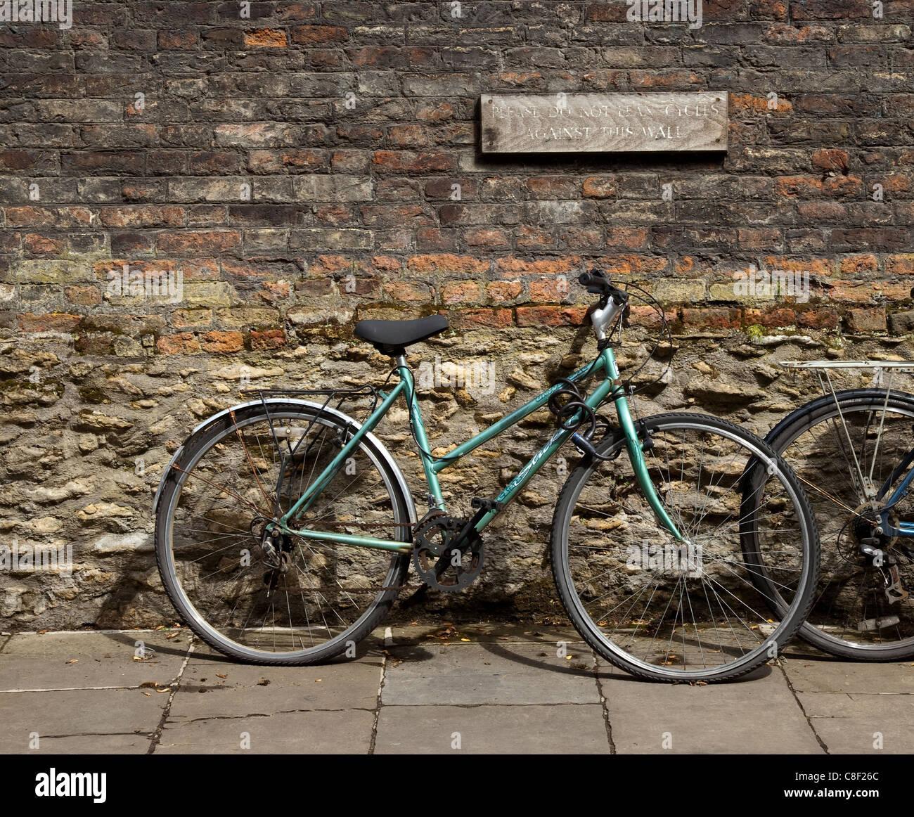 Fahrrad An Eine Wand Gelehnt Stockfoto Bild 39669012 Alamy