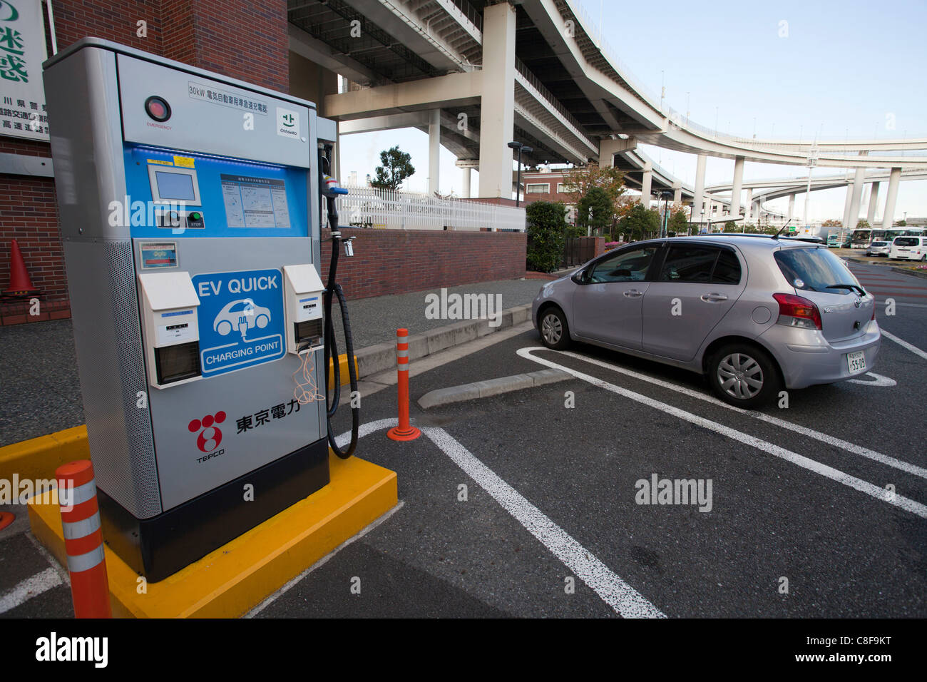 Yokohama, Stadt, Tankstelle, Auto, Automobil, Strom, Elektro-Auto, Auto, tanken, Energie, Umwelt, Japan, Novemb Stockbild