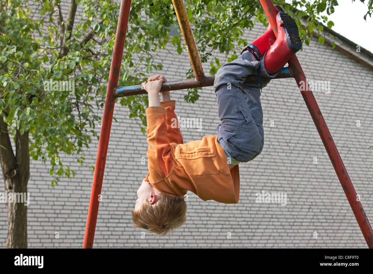 Klettergerüst Am Hang : Kleiner junge weg klettergerüst hängen stockfoto bild: 39674992 alamy