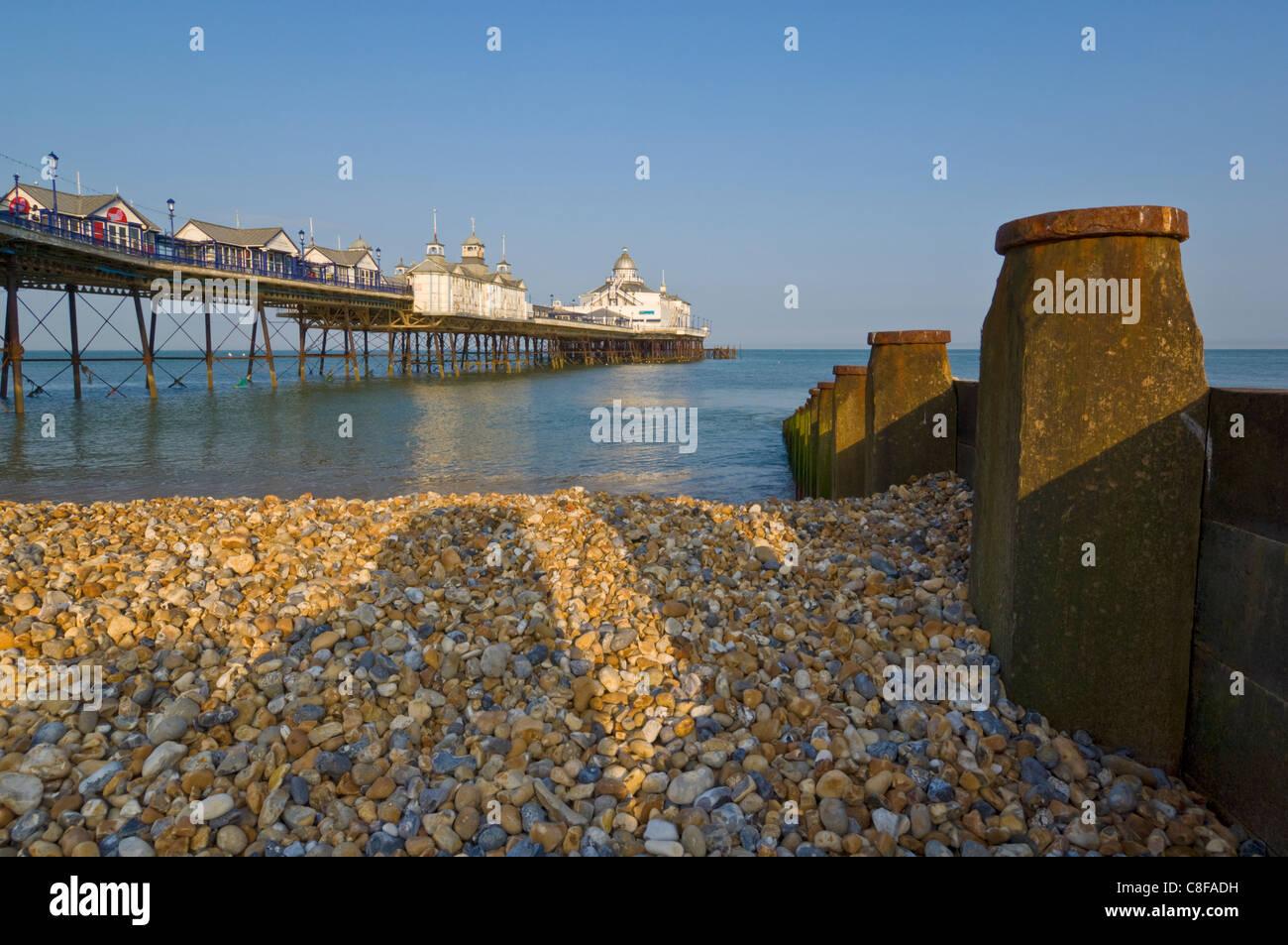Eastbourne Pier, Strand und Buhnen, Eastbourne, East Sussex, England, Vereinigtes Königreich Stockfoto