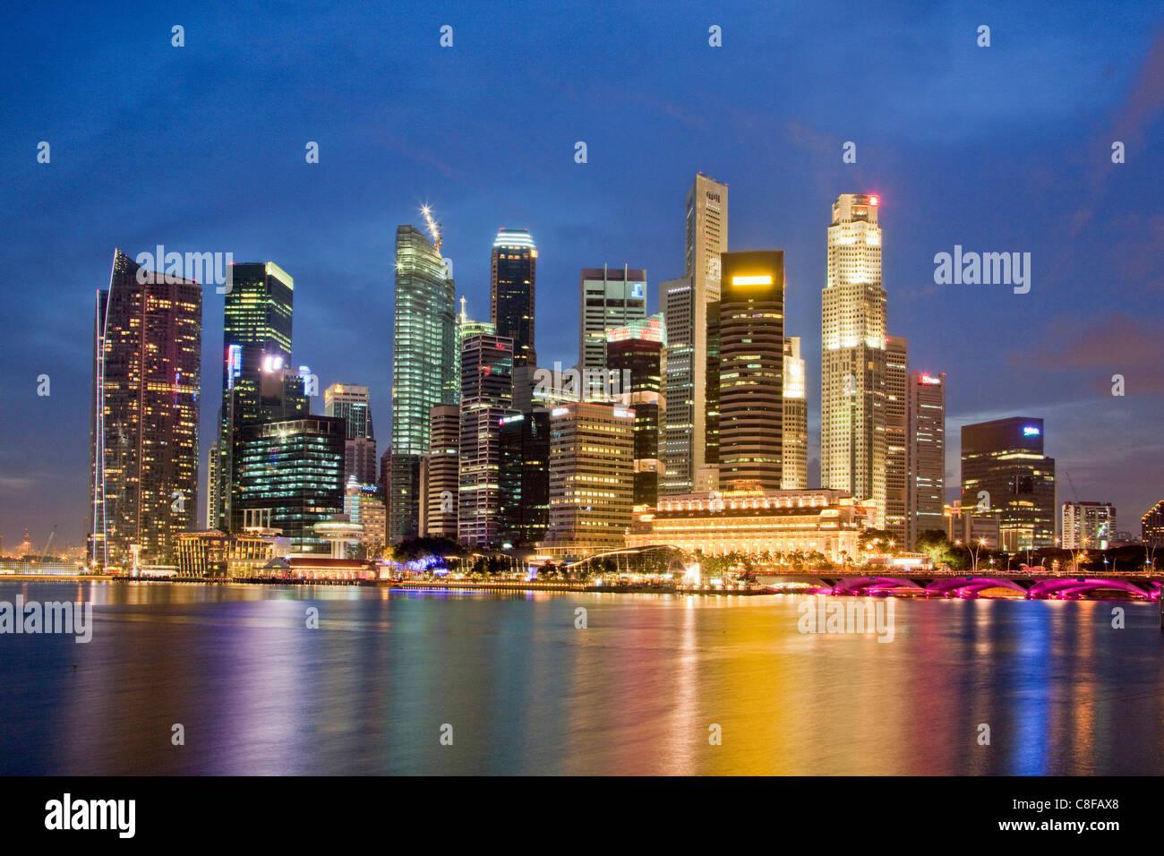 Singapur, Asien, Skyline, Wohnblocks, Hochhäuser, bei Nacht, Licht, Beleuchtung, Abend, Reflexion, Meer, Bucht Stockbild