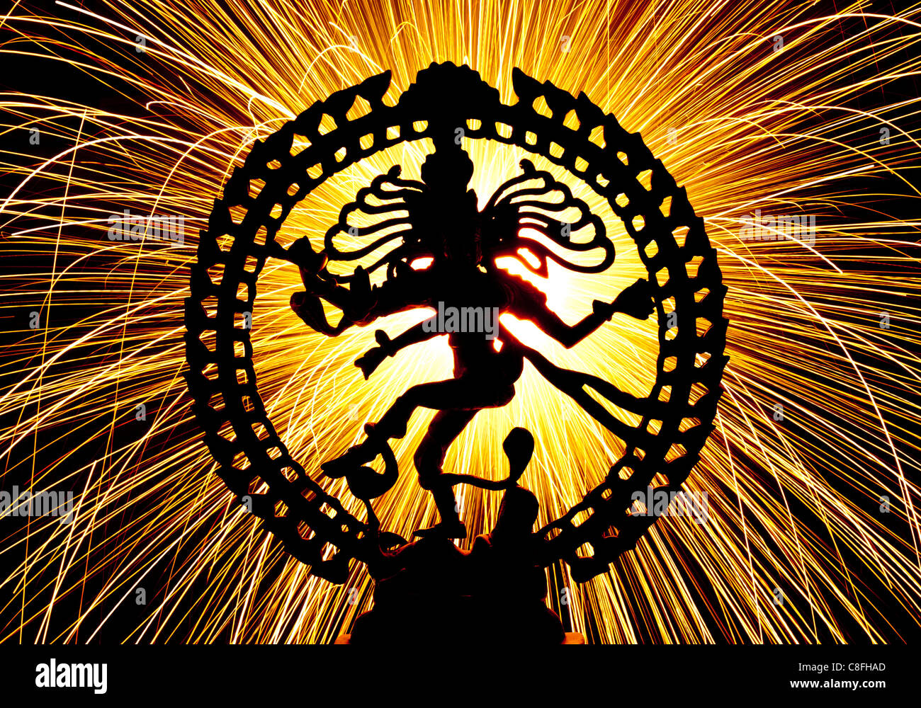 Funken tanzen Lord Shiva Statue, Nataraja, vor Feuerwerk. Silhouette Stockbild