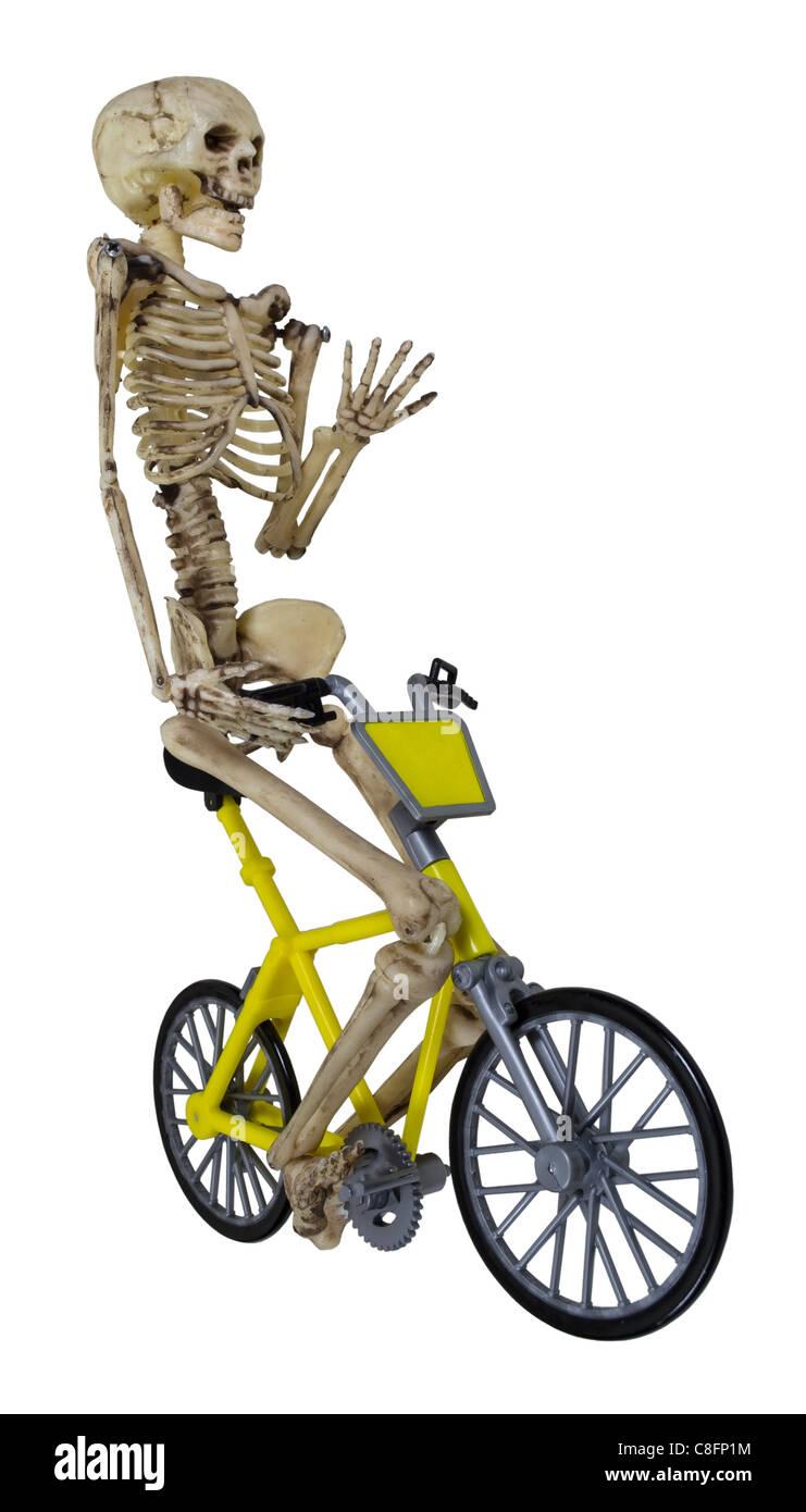 Skelett mit dem gelben Fahrrad mit seiner Hand angehoben - Pfad enthalten Stockbild