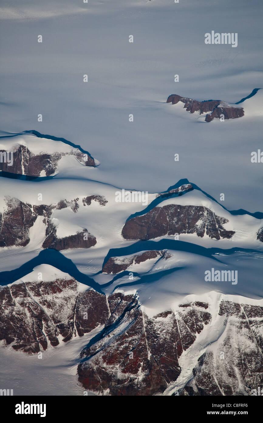 Berge, ragt über Grönland Eiskappe, gesehen von einem Verkehrsflugzeugen Stockbild