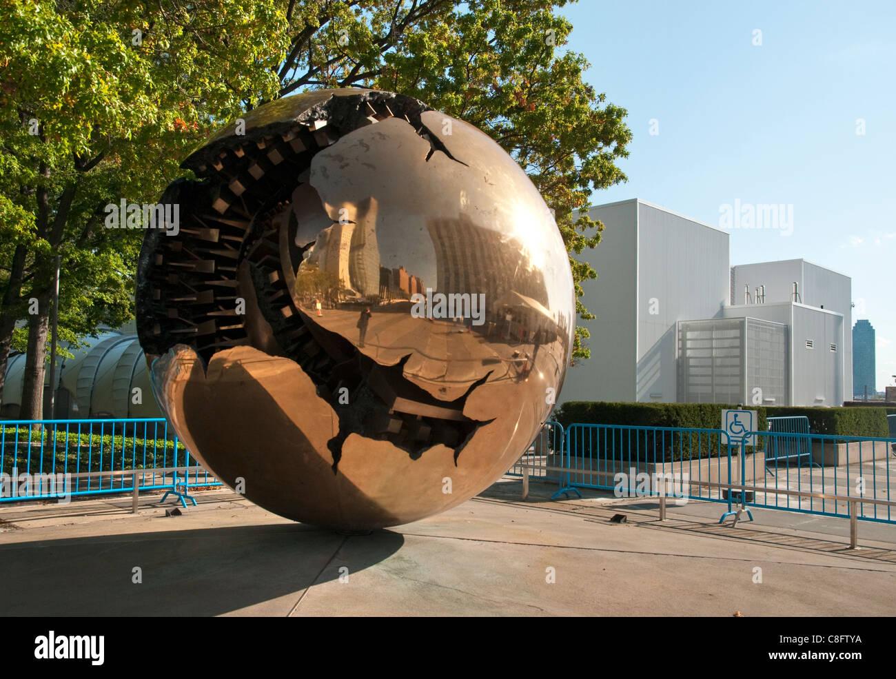 "Arnaldo Pomodoros ""Sphäre in einer Kugel"" bei den Vereinten Nationen am Hauptsitz in New York City. Stockbild"