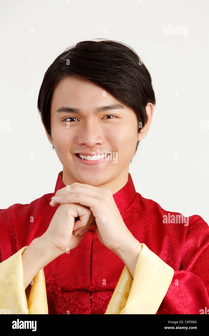 Mann in chinesische traditionelle Kleidung, die andere Menschen ...