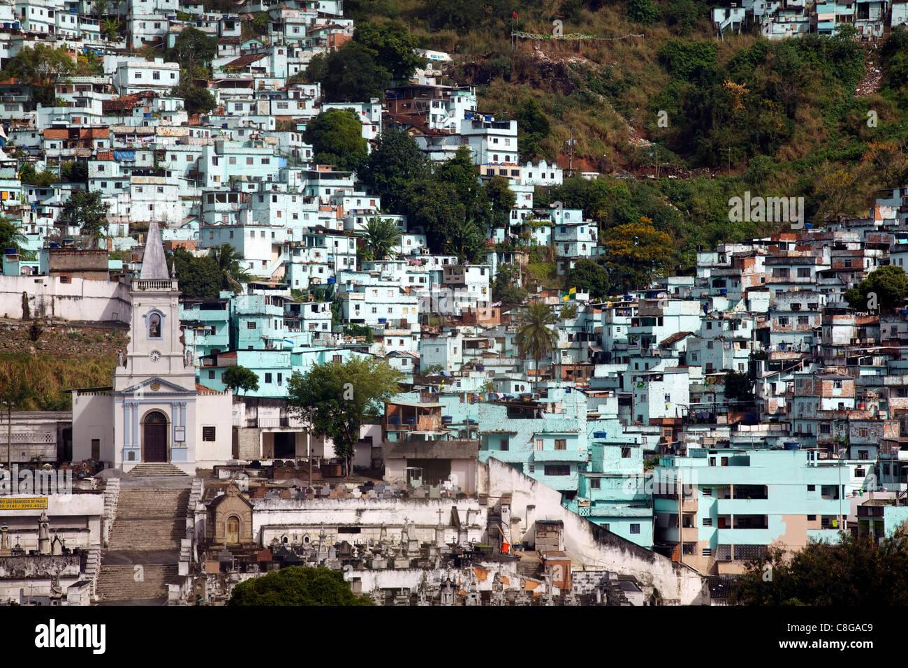 Einige Favellas gemalt mit den symbolischen Farben der Bande herrschen dort, Brasilien Stockbild