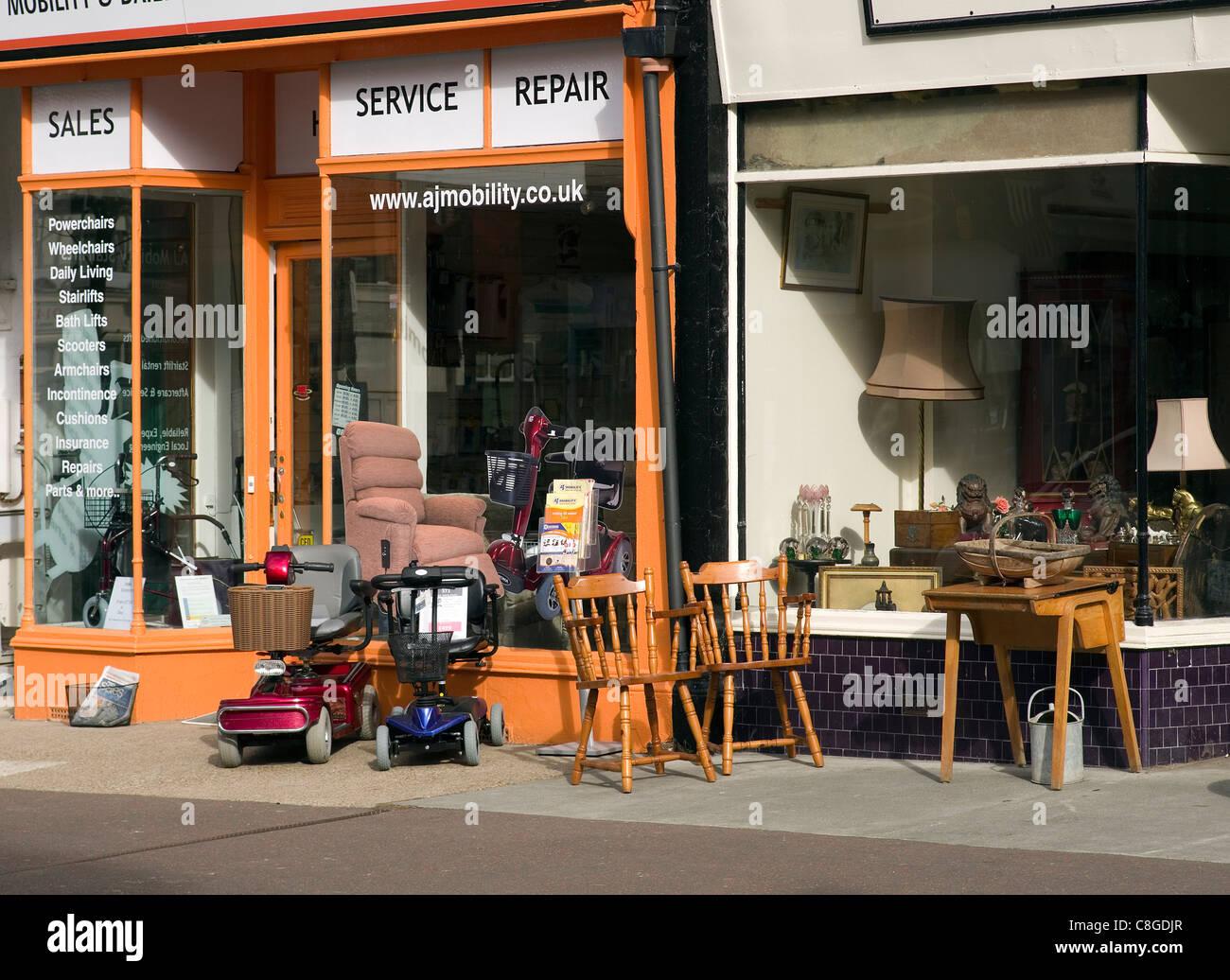 kleine Läden verkaufen Scooter nützliche Ausrüstung und gebrauchte Möbel Stockbild