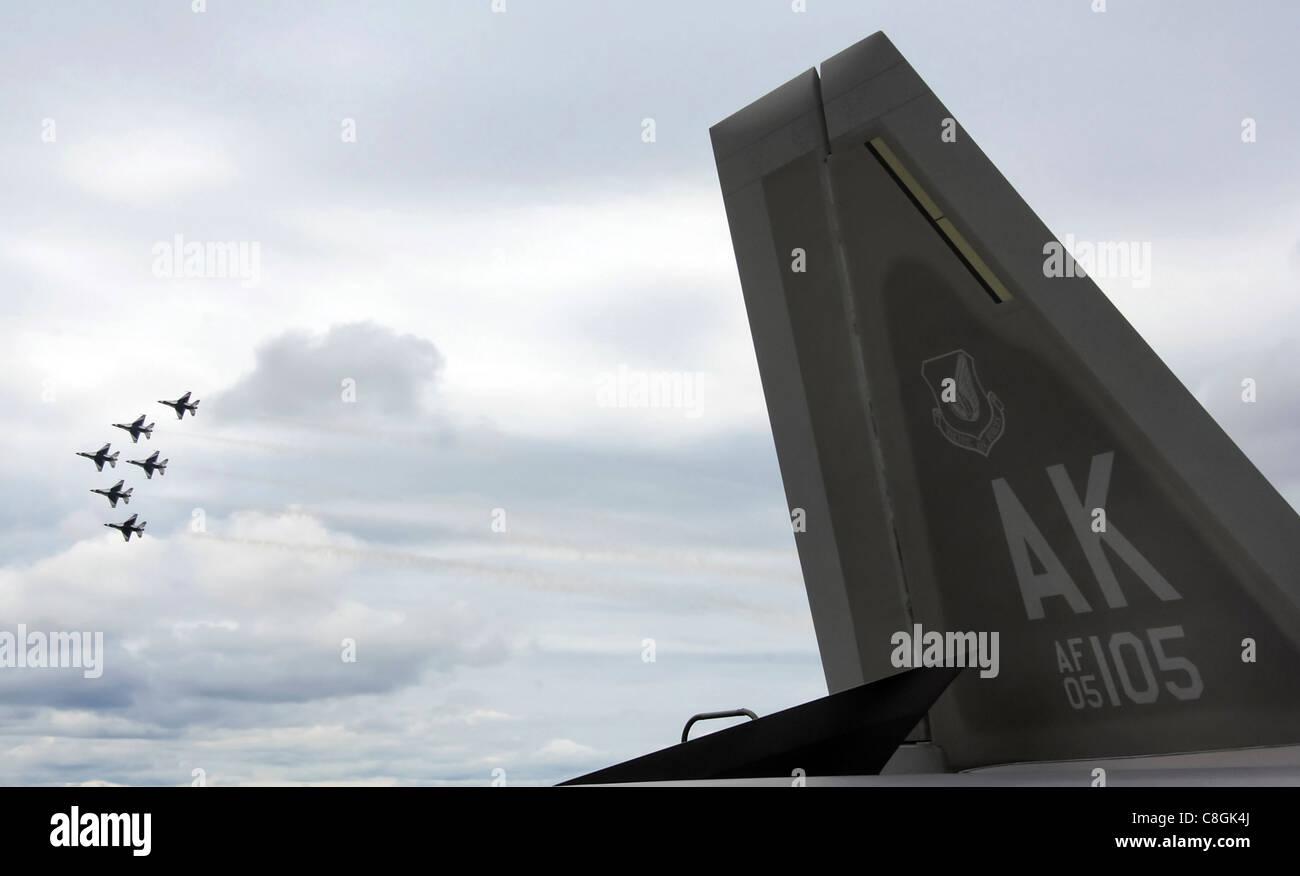 """Sechs Air Force Thunderbird F-16 Fighting Falcons fliegen zusammen in Formation hinter dem F-22 Raptor für mehr als 6,000 Zuschauer während der Juni 24 Airshow auf Eielson Air Force Base Alaska. Die Flugschau """"Einsteigen in Soltice"""" bot der lokalen Gemeinschaft die Gelegenheit, die Fähigkeiten der Flugzeuge der Luftwaffe aus der Nähe zu sehen und zu demonstrieren. Stockfoto"""