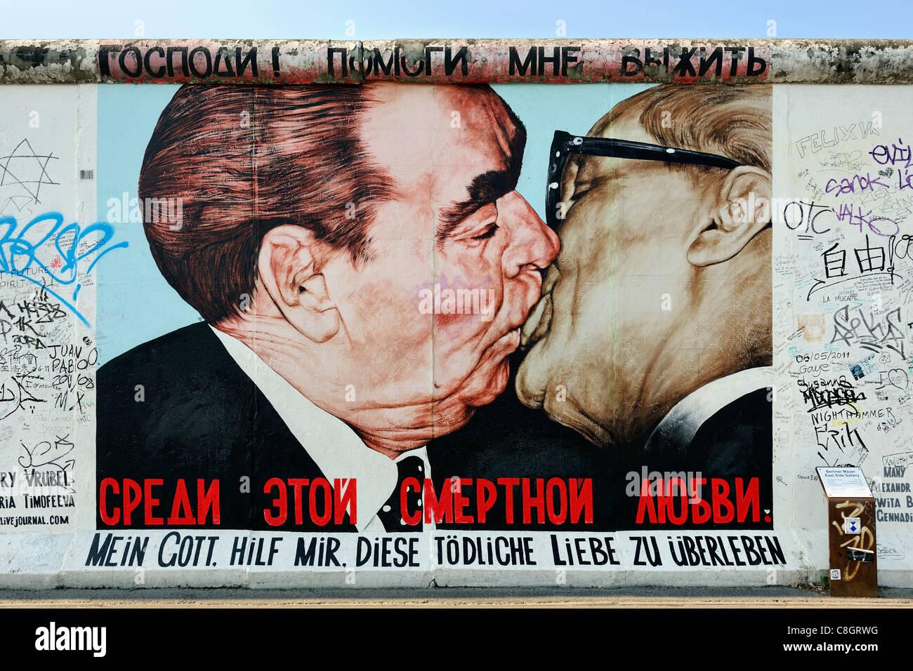 Kuss zwischen Breschnew und Honecker Malerei auf Berliner Mauer an der East Side Gallery in Berlin, Deutschland, Stockfoto