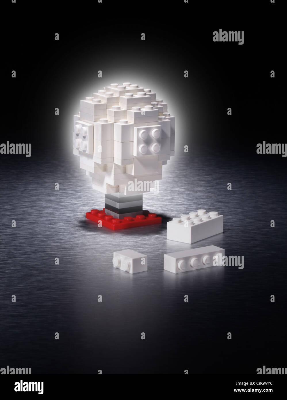 Eine Glühbirne, die mit vielen kleinen Kunststoff-Teile Stockbild
