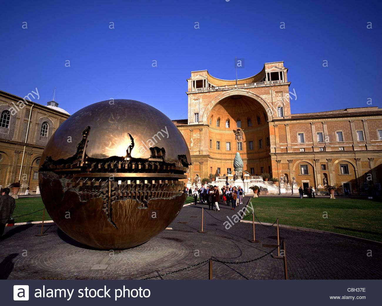 Arnaldo Pomodoros Kugel im Bereich Bildhauerei an der Vatikan. Stockbild