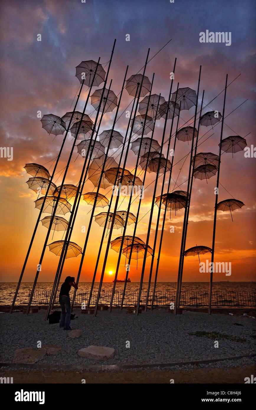 Griechenland, Thessaloniki. Eine Dame Fotografen Fotografieren einer Struktur, genannt 'The Umbrellas' von Stockbild