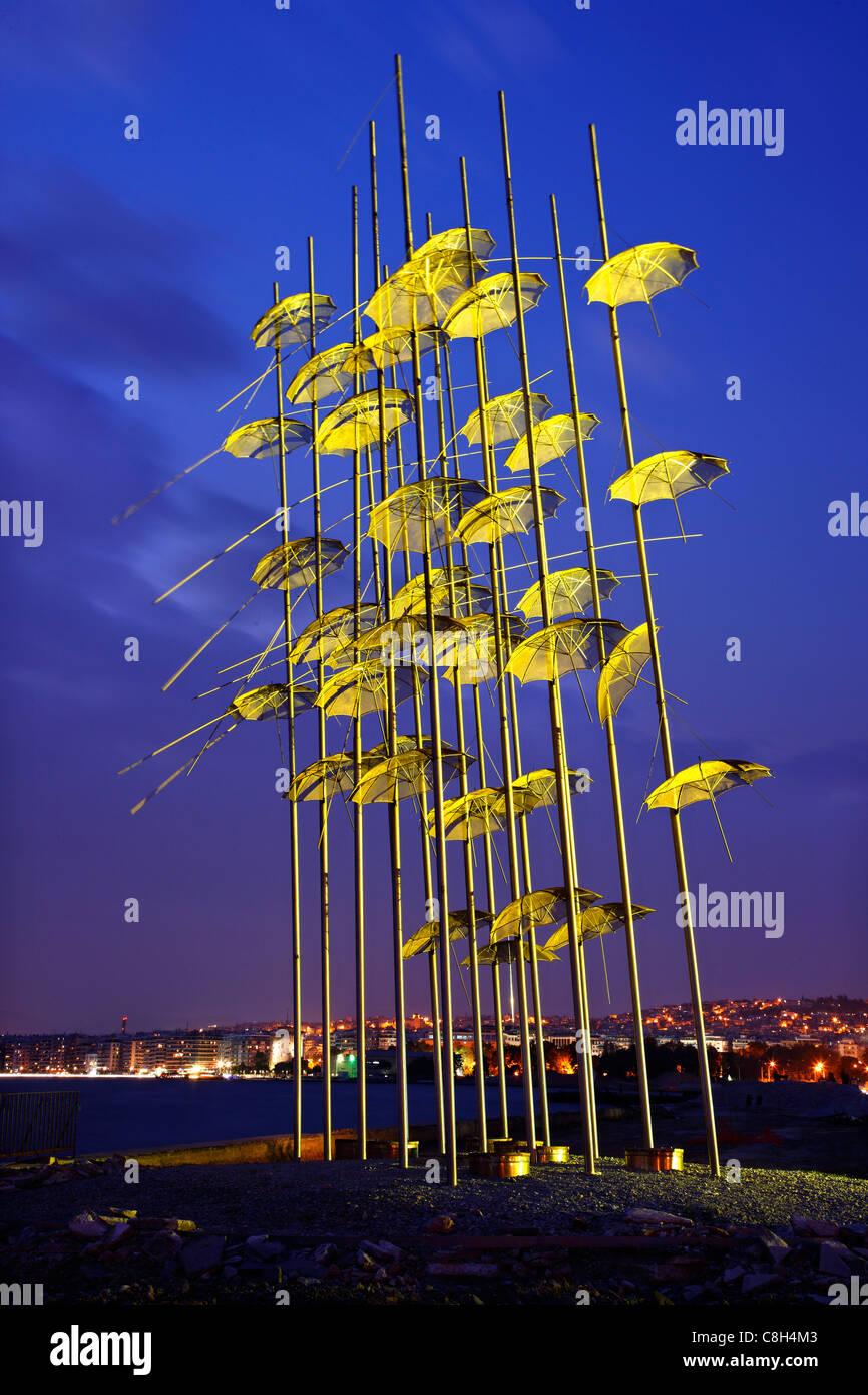"""Griechenland, Thessaloniki. Eine künstlerische Installation, genannt """"The Umbrellas' von George Zoggolopoulos, Stockbild"""