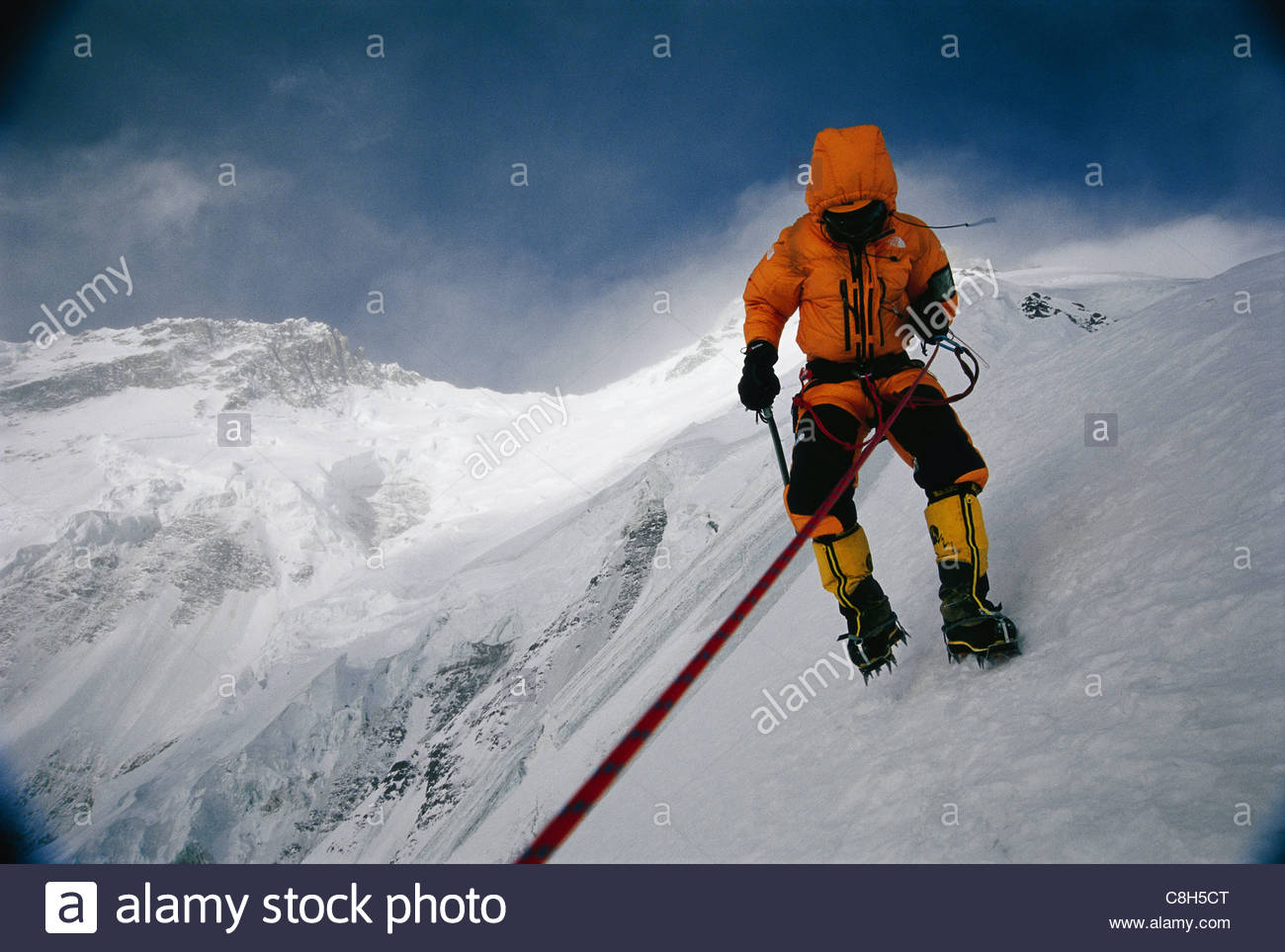 Ct Kletterausrüstung : Ein bergsteiger schlachten eisige windböen am nanga parbat stockfoto