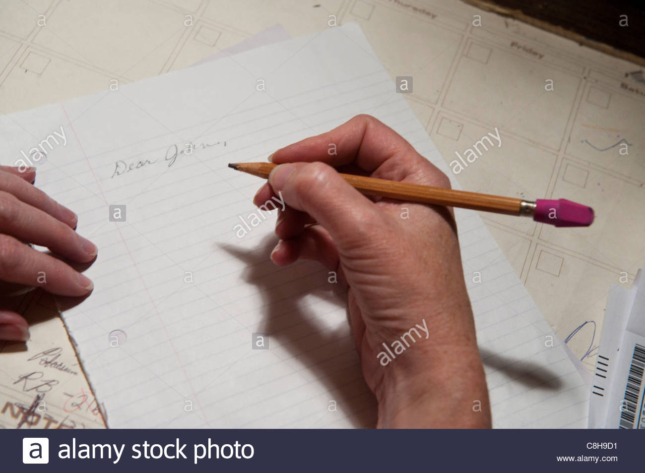 """Eine Frau fängt einen """"Dear John"""" Brief zu schreiben. Stockbild"""