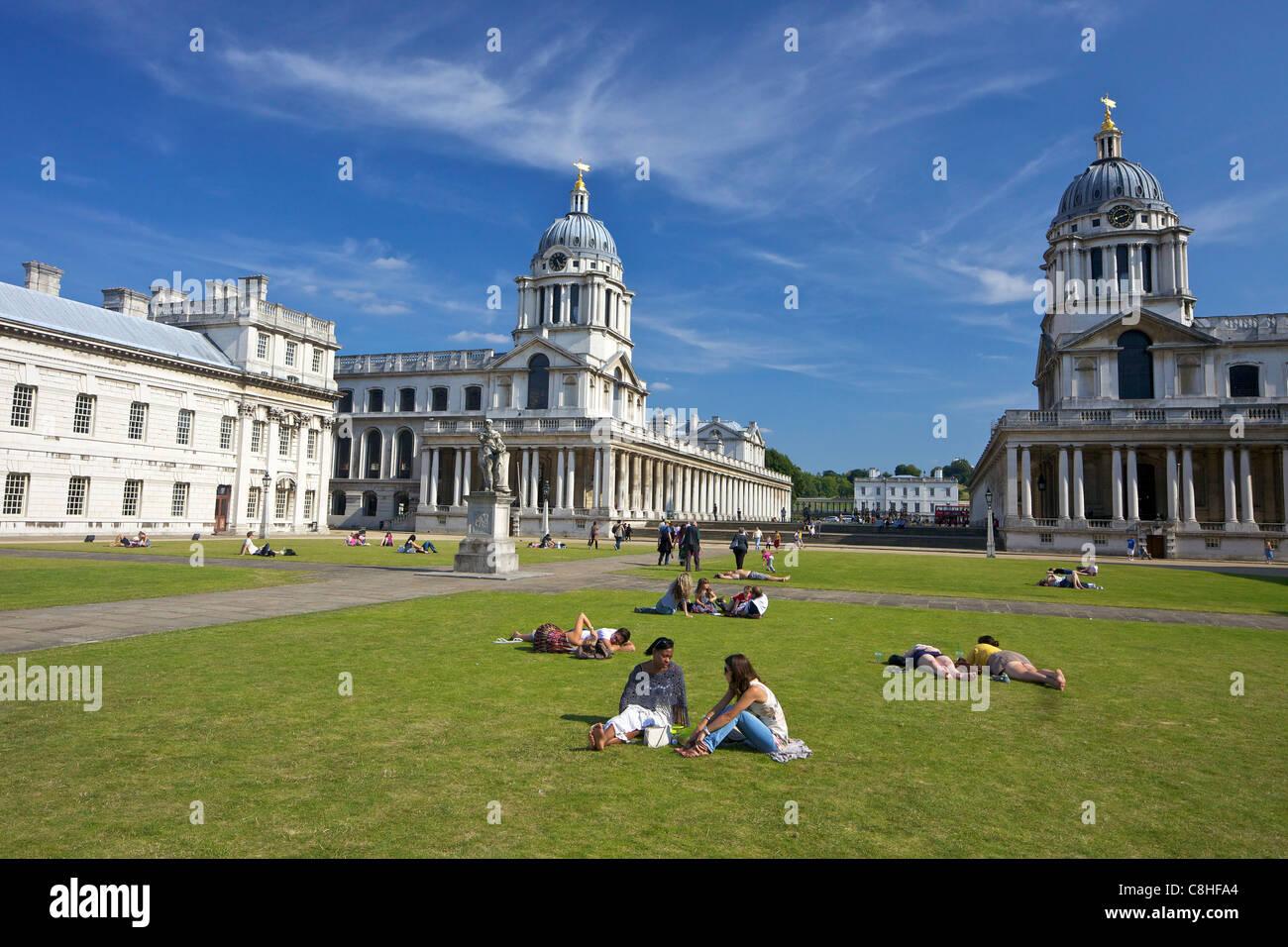 Besucher genießen Sommersonnenschein, Old Royal Naval College, gebaut von Sir Christopher Wren, Greenwich, Stockbild