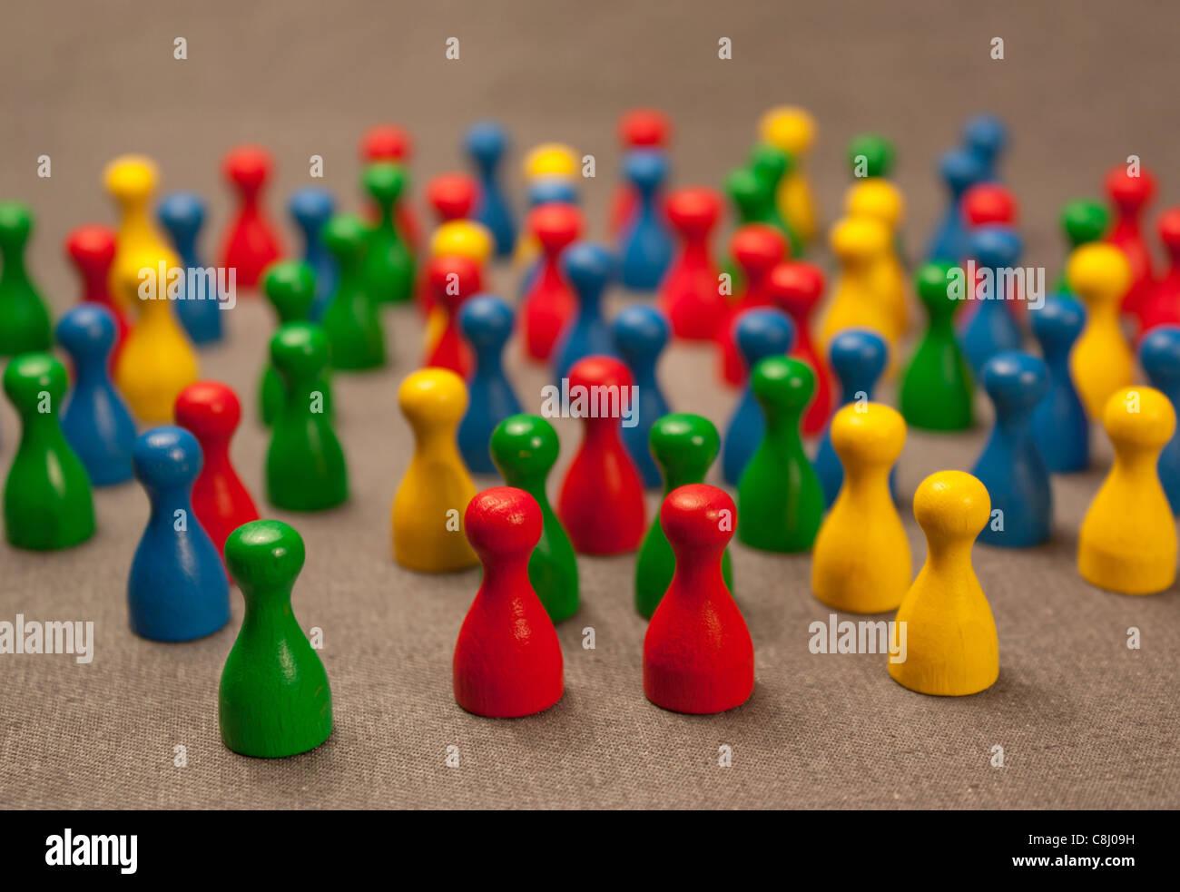 Überfüllt, bunte Spielsteine. Stockbild